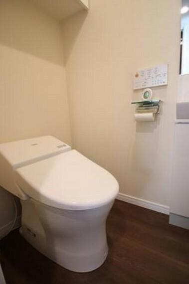 トイレ 上部には収納が付いており、鏡・収納付きの手洗い場も備わっており快適に利用できます^^タンクレストイレで、お掃除も楽になり、スッキリ見えます。
