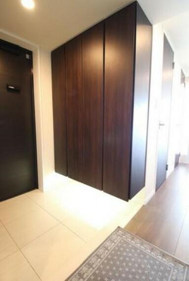 玄関 広々とした清潔感のある玄関です。大容量のシューズボックス。その対面にはシューズクロークが備わっており玄関をスッキリと保つことができます。