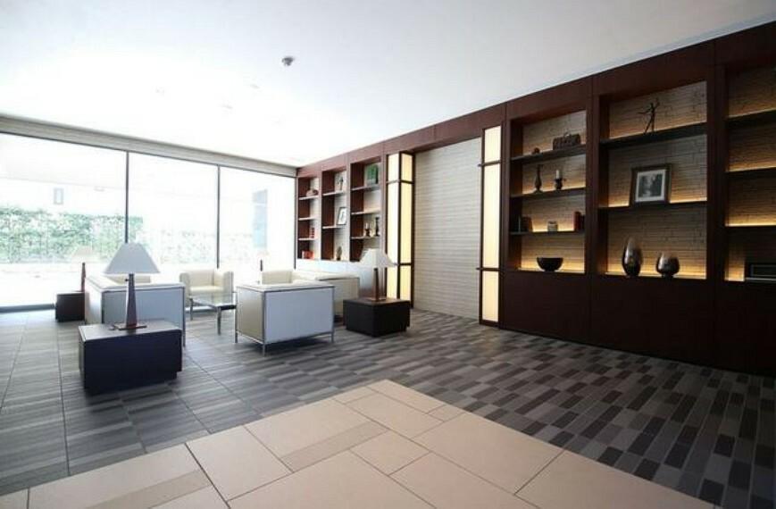 ロビー エントランスホールにはソファが設置された応接スペースがあり、住民同士や来客の交流の場として活用できます。内装にこだわった重厚感のあるエントランスでステキですね^^