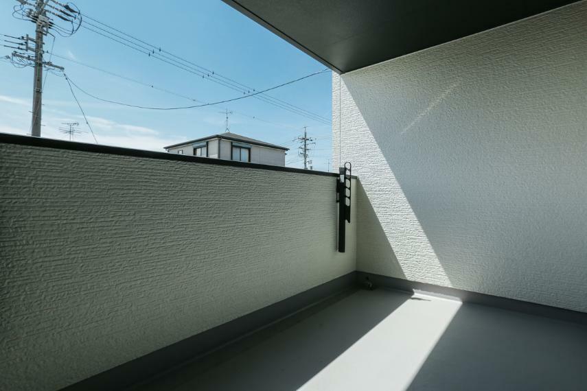 バルコニー 屋根があるのでイスやテーブルを置いてくつろぎスペースとしても利用可能なインナーバルコニー。(1号棟)