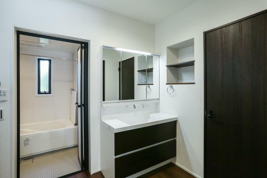 洗面化粧台 洗面室はキッチンとダイニングの2方向から出入りできます。(1号棟)