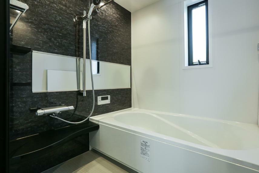 浴室 高級感あふれるバスルーム。浴室内の湿気を除去してくれる除菌イオン機能付浴室暖房乾燥機を設置しています。(1号棟)
