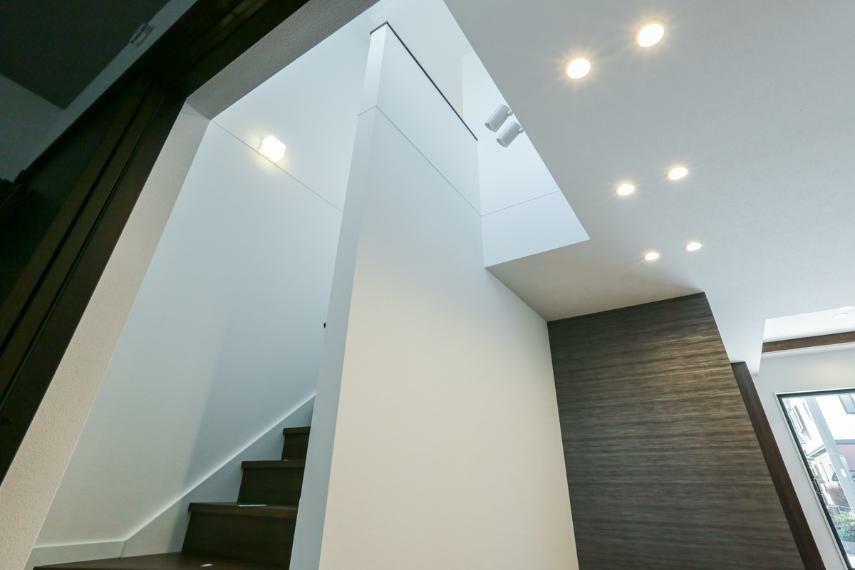 ダイニング ダイニング上部の吹き抜けからは明るい光が降り注ぎ、室内を照らしてくれます。(1号棟)