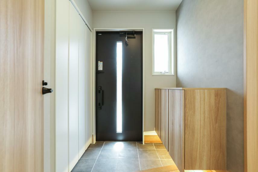 玄関 家族やお客様を気持ちよく迎える、明るい玄関。間接照明がおしゃれな空間を演出しています。(2号棟)