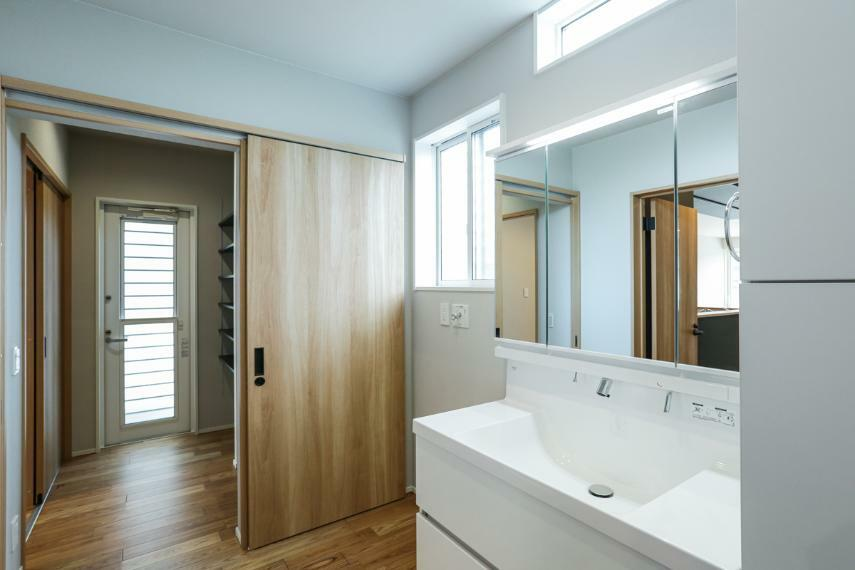 洗面化粧台 洗面室はキッチンに直接つながる家事が楽になる間取りです。(2号棟)