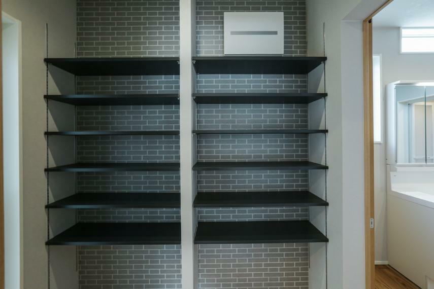 キッチン 大容量のパントリーがあることにより、キッチン周りをすっきりと保つことができます。(2号棟)