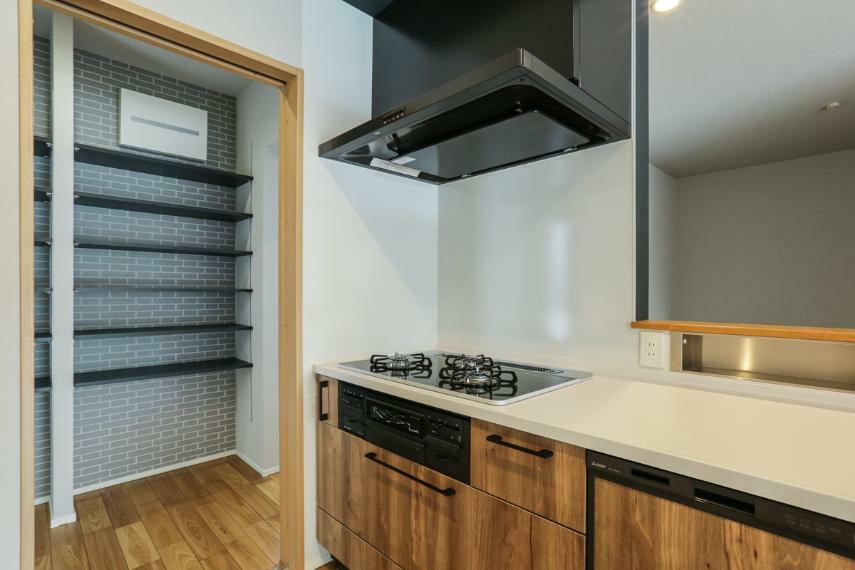 キッチン パントリーと洗面、浴室へとつながるキッチンは生活動線を考え無駄なく設計しました。(2号棟)