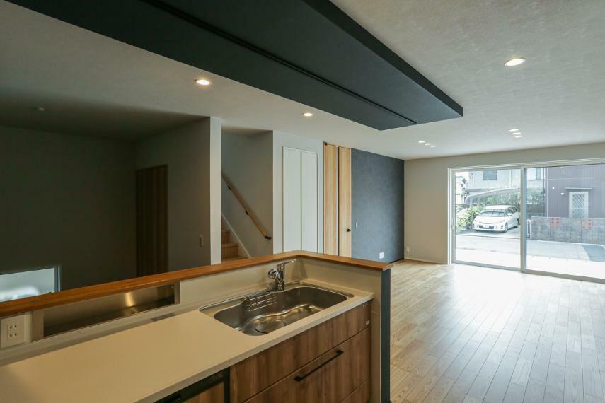 リビングダイニング デザイン性の高い「折り下げ天井×ダウンライト」を採用したスタイリッシュなLDK。(2号棟)