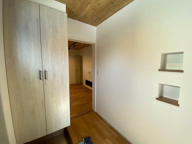 玄関 玄関先からリビング向いての写真で左側シューズボックスになります。