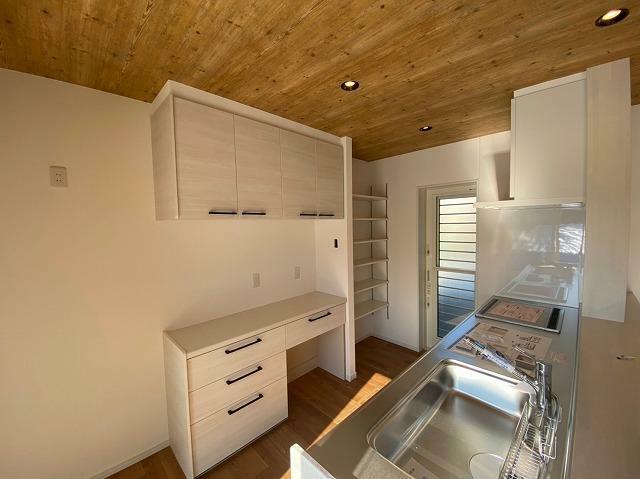キッチン キッチン背面(リビングから)カップボード