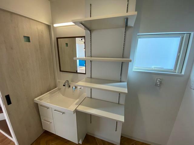 脱衣場 脱衣所入り口側に洗面化粧台があり、風呂側(写真右側)に室内洗濯機置き場がございます。