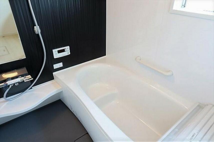 \同仕様写真/浴槽は環境にやさしい節水タイプを採用。浴槽内ステップで半身浴や親子入浴も楽しめるので、毎日のバスタイムをエコで素敵に演出してくれる小窓付きの浴室です