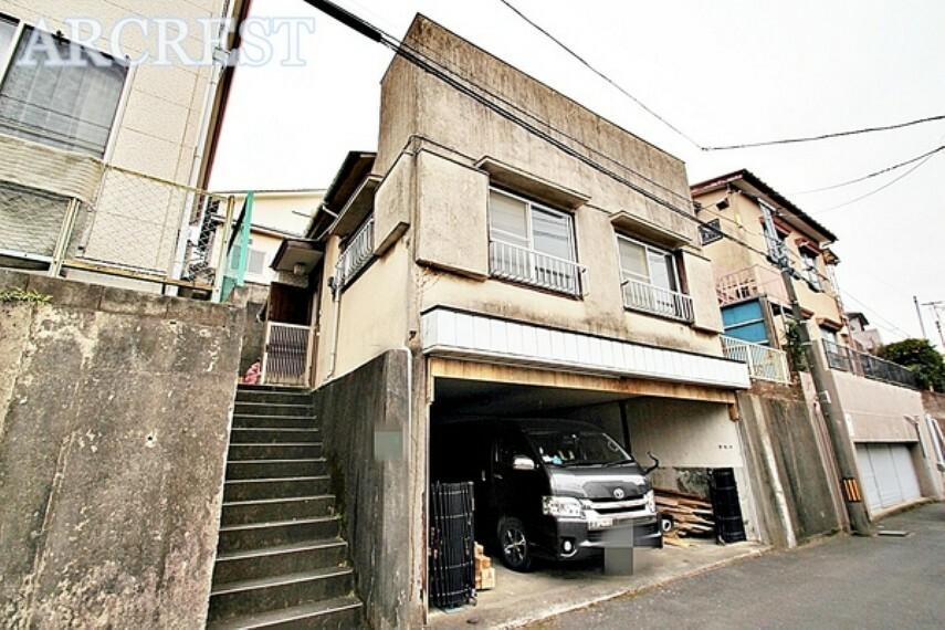 外観・現況 カースペース2台分! 住環境良好の閑静な住宅街に佇むの中古住宅です。