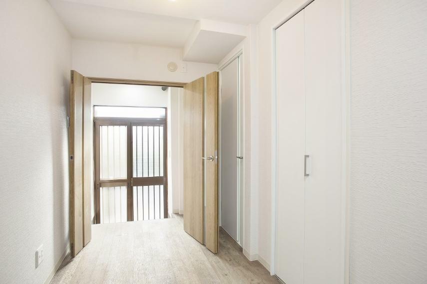 ダイニング 玄関からリビングが丸見えにならないように、扉を付けました!扉が一枚あるだけで、お部屋の温度も保ちやすいです!