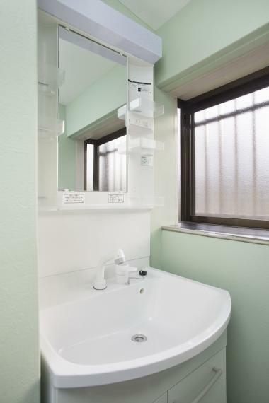 洗面化粧台 階段下のスペースに洗面所を設置!