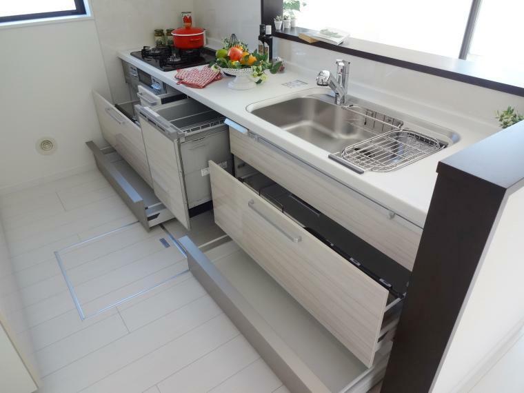 同仕様写真(内観) キッチンは食洗機、ガラストップコンロ、ソフトクローズ機能のスライドキャビネット、整流板付きレンジフード、など充実設備が付いております。