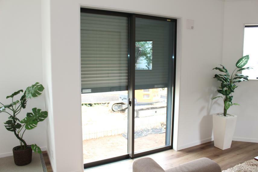 同仕様写真(内観) 1階の主窓には電動シャッターが付いております。窓を閉めたまま開け閉めができますので、とっても楽チンです。窓は樹脂複合サッシで結露もしにくいエコガラス、1階の小窓はさらにセキュリティ膜付きの防犯用で安心!