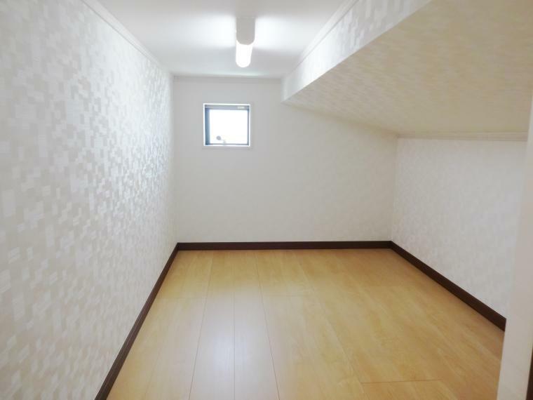 同仕様写真(内観) 小屋根裏収納庫は一か所サービスとなります。こちらは出入れのしやすい下屋裏収納庫となります。フジ設計企画ではデットスペースを極力なくし、収納スペースとして有効利用できるよう、ご提案させて頂きます。