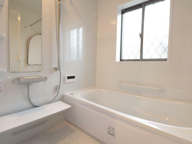 同仕様写真(内観) 手入れがしやすく清潔感のある人造大理石の浴槽が標準仕様の浴室。梅雨や冬場に活躍する暖房換気乾燥機や手すりなども装備されている。