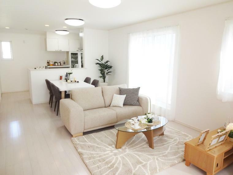 同仕様写真(内観) 家族が集まるLDKには、足元からお部屋全体を温めてくれる「ガス温水式床暖房」が標準仕様です。