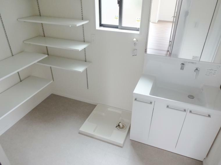 同仕様写真(内観) 洗面所を広く取って頂くプランも自由設計なら可能です。洗濯家事を楽に!