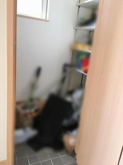 玄関 <2020/12/21撮影>扉付き玄関先収納スペース