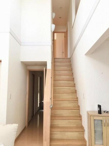 <2020/12/21撮影>階段は手摺が付いた使う人みんなに優しい安全設計。