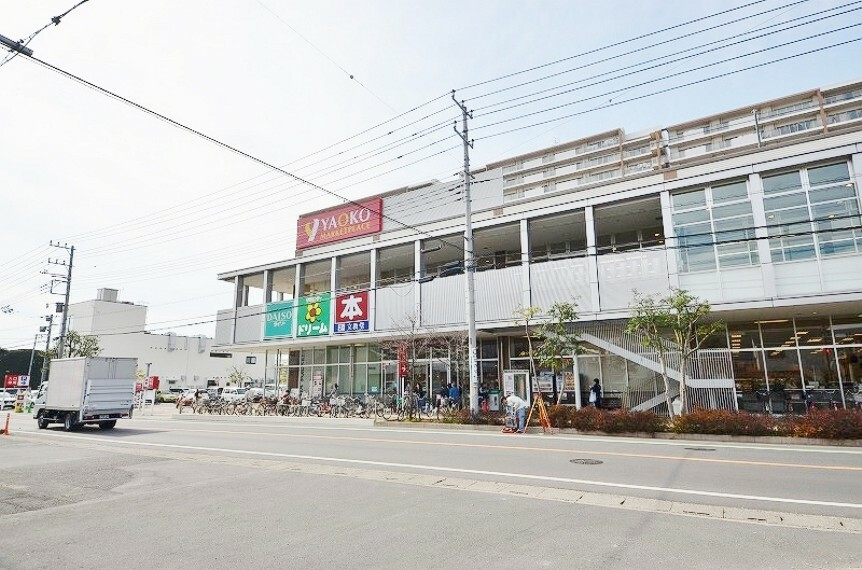 ショッピングセンター ヤオコーなど入る複合商業施設です