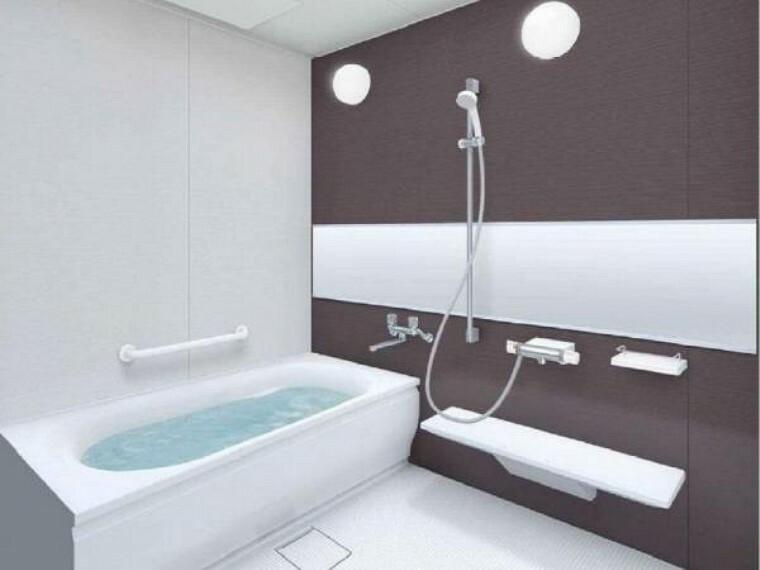 専用部・室内写真 【同仕様写真】浴室はTOTO製の新品のユニットバスに交換します。通常よりも少し大きなのお風呂で、1日の疲れをゆっくり癒すことができますよ。