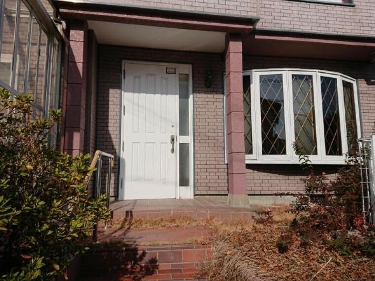 玄関 【リフォーム中】玄関アプローチの写真です。玄関扉は新品に交換いたします。。「いってきます」「ただいま」繰り返す日々が家族の歴史になっていきますね。