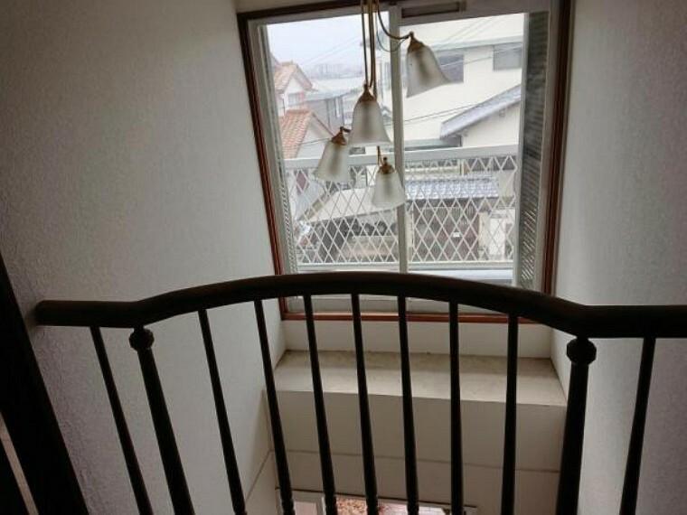 【リフォーム中】吹き抜け部分の写真です。玄関上が吹き抜けているのでお家の顔が解放的ですよ。2階からも「いってきます」「ただいま」のやり取りが出来ますね。