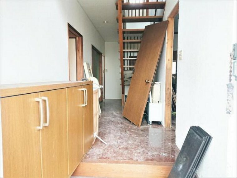 玄関 【リフォーム中】玄関ホール クロス貼り替え、フローリングを重ね張り、照明交換。玄関はお家の顔となる部分、お客様が最初に目にする場所だからこそ、第一印象が大切ですね。
