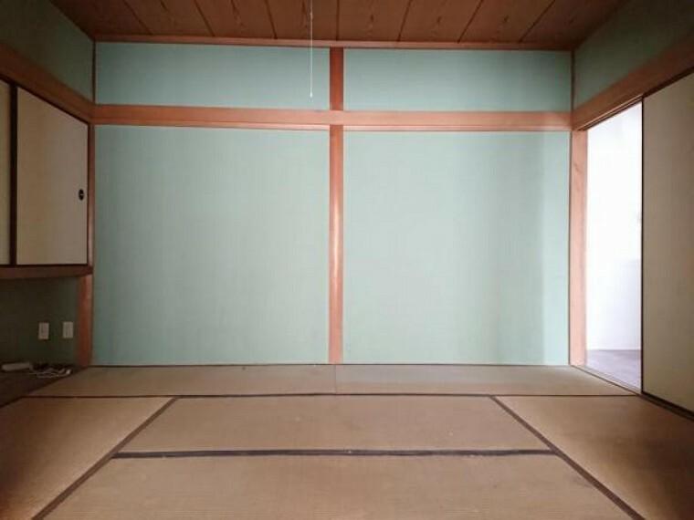 和室 【リフォーム中】 1階6帖和室 畳表替、壁・天井クロス張替、襖・障子張替、照明器具交換、火災警報器設置予定。 隣の和室と続き間なのでとても広々とした空間になります。和室なのでゴロっと寝転べるのが良いですよね。
