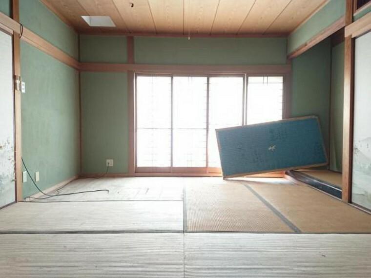 和室 【リフォーム中】 1階8帖和室 畳表替、壁・天井クロス張替、襖・障子張替、照明器具交換、火災警報器設置予定。 南向きで陽当たりがいいので、ゴロンと横になりたいときには嬉しい空間です。