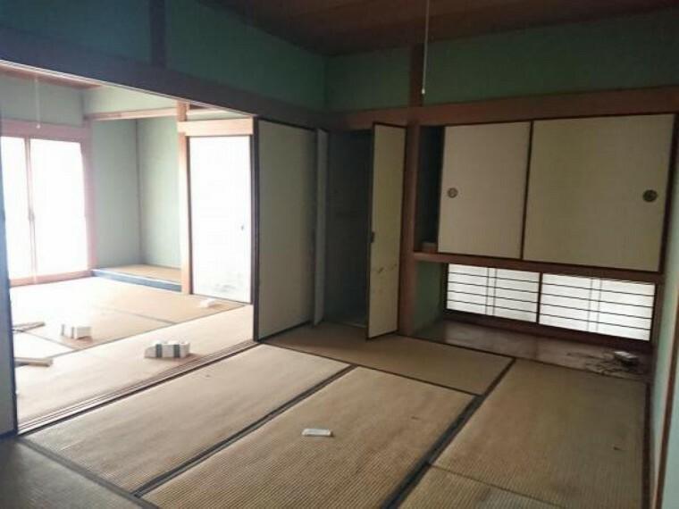 和室 【リフォーム中】 1階8帖和室の別角度です。 畳表替、壁・天井クロス張替、襖・障子張替、照明器具交換、火災警報器設置予定。間仕切りを使って2部屋に分けることも可能ですよ。