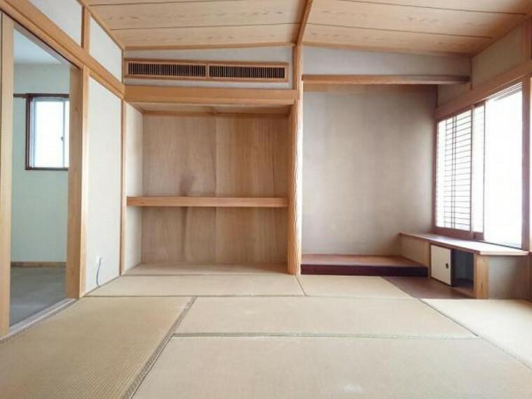 和室 【リフォーム中】 2階8帖の和室の写真です。和室8帖は窓からはポカポカ陽光たっぷりで明るくあたたかい室内です。家族の分だけお部屋の使い方も様々。生活にあったお部屋の使い方で居心地のいい住まいづくりを。