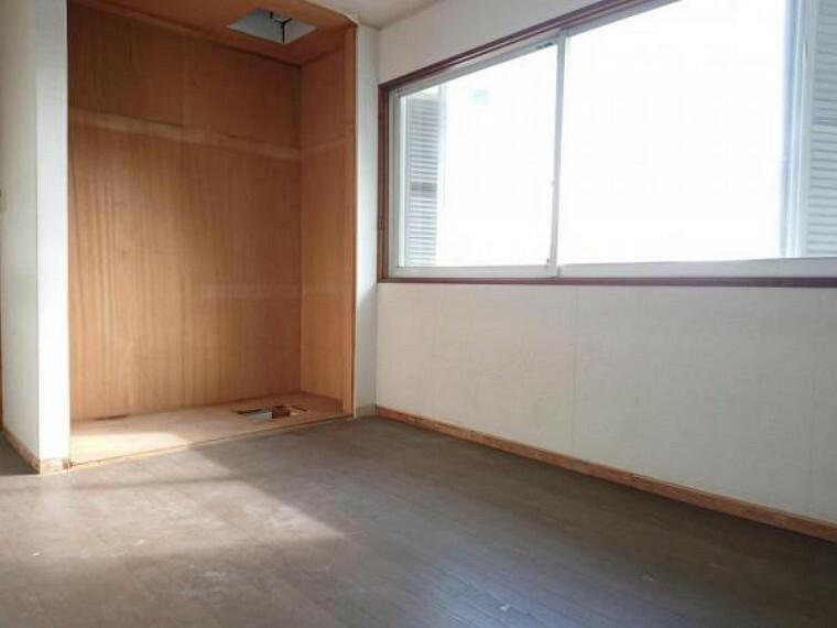 洋室 【リフォーム中】 2階6帖洋室の写真です。 壁・天井クロス張替、床フローリング重ね張り、照明器具交換、火災警報器設置予定。 窓からは柔らかな陽射しと風通しを確保。ご夫婦の寝室としても子供部屋としても使用できます。