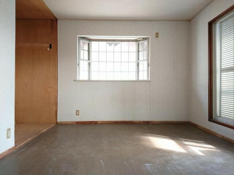 洋室 【リフォーム中】 2階南側8帖洋室です。 壁・天井クロス張替、床フローリング重ね張り、照明器具交換、火災警報器設置予定。 南側の窓からはあたたかな陽射しと心地いい風を確保。明るく気持ちのいい室内になっています。