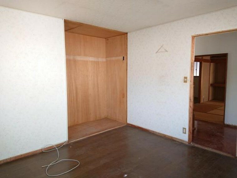 洋室 【リフォーム中】 2階北側8帖洋室 壁・天井クロス張替、床フローリング重ね張り、照明器具交換、火災報知機設置予定。 「そろそろ1人部屋が欲しい」そんなお子様の願いも叶えてあげられそうですね。子供部屋にいかがですか。
