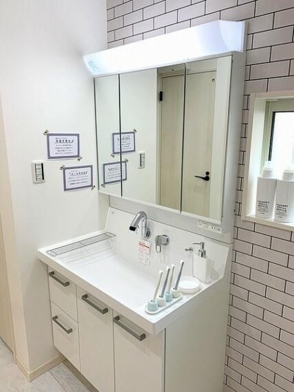 洗面化粧台 洗面ボウルが大きく、洗面・洗髪などができる機能がある洗髪化粧台。ハンドシャワーが付いており簡単に洗髪が出来ます。