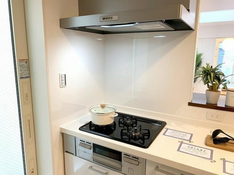 キッチン 料理の幅が広がる3口コンロ。忙しい朝も重宝します。