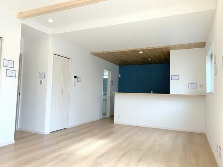居間・リビング 日差しあふれる広々リビング。インテリアが映え使い勝手も良く自由に空間を演出できます。