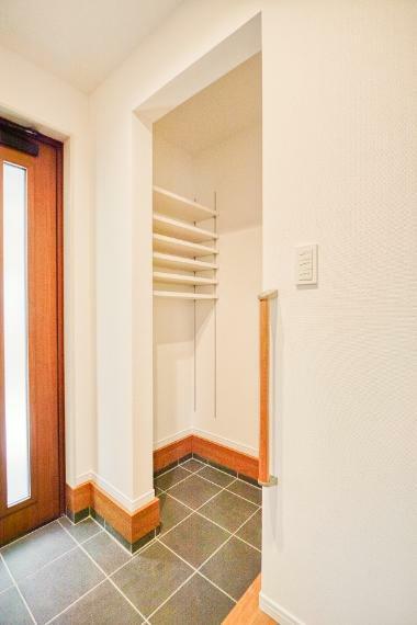 玄関 No.6-17 シューズクロークは、家族全員の靴を余裕をもって収納できます。