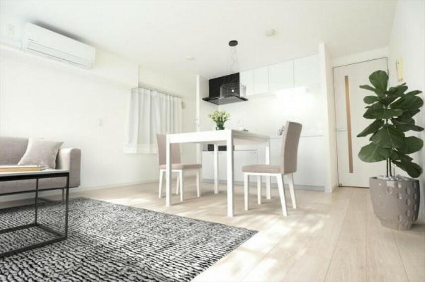 居間・リビング 自然光で満たされる明るく開放感溢れるLDKです。
