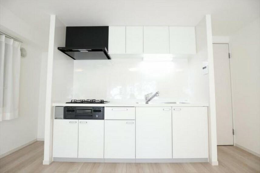 キッチン 白を基調としたキッチンは空間のコーディネートを邪魔せず、スッキリとした印象にみせてくれます。