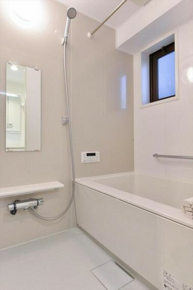 浴室 半身浴もできる広々とした浴槽。
