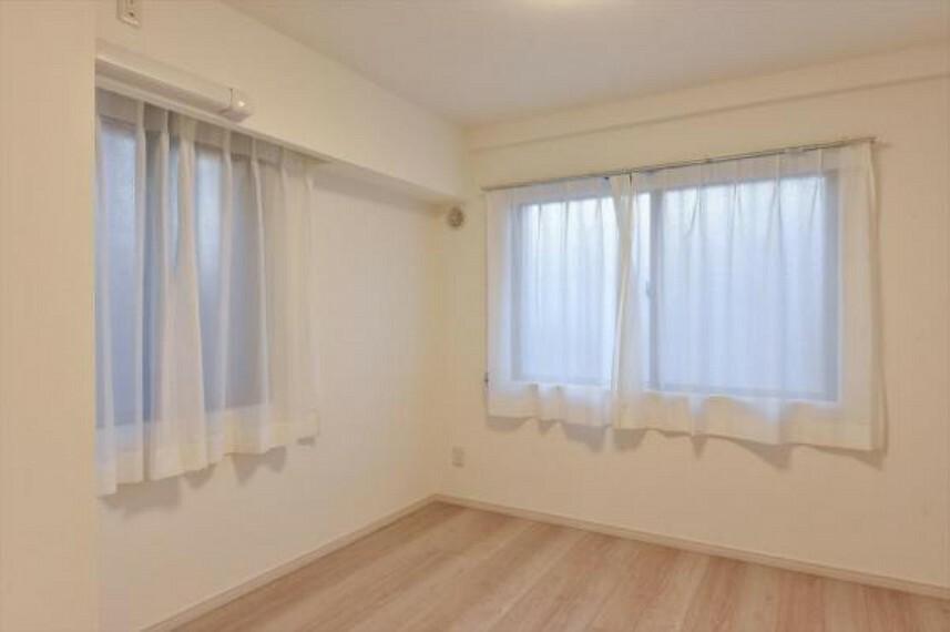 2面採光の洋室は風通しもよく、気持ちよく過ごせそう。