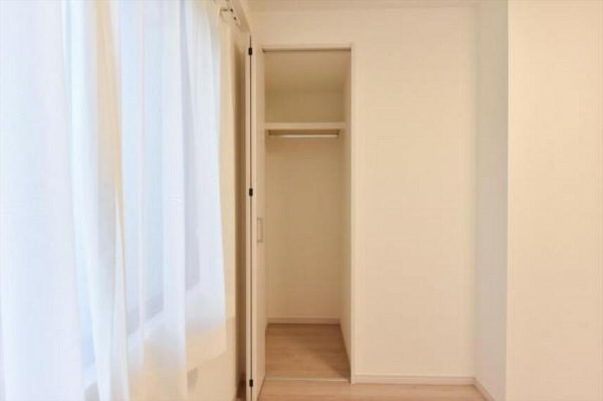 明るく柔らかい日が差し込む洋室はベッドを置いても余裕のある広さ。