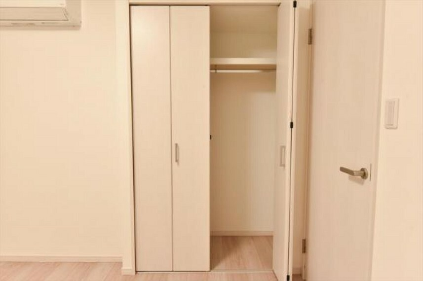 コンパクトながらクローゼットも備わったサービスルームは書斎や趣味のお部屋としても使えそう。