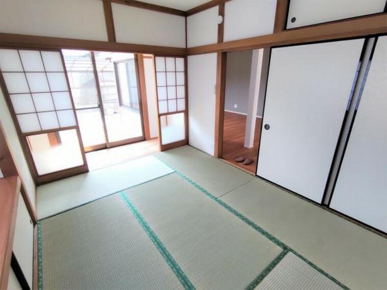 和室 【リフォーム済】東側の和室です。縁側もあり、畳でゆっくりとくつろげますね。畳表替え、壁天井クロス張替え、LED照明交換しました。